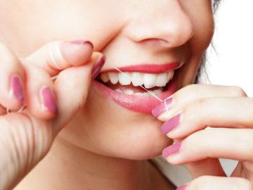 nitkowanie zębów chroni zęby